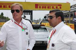 (Da sinistra a destra): Danny Sullivan, amministratore FIA con Farhan Vohra, FIA sulla griglia di partenza