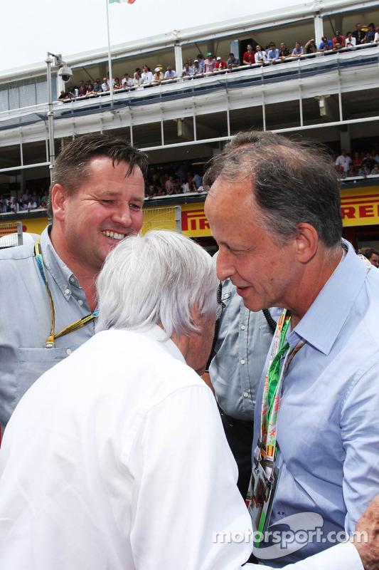 (Esquerda para direita): Bernie Ecclestone, com Paul Hembery, diretor de automobilismo da Pirelli e