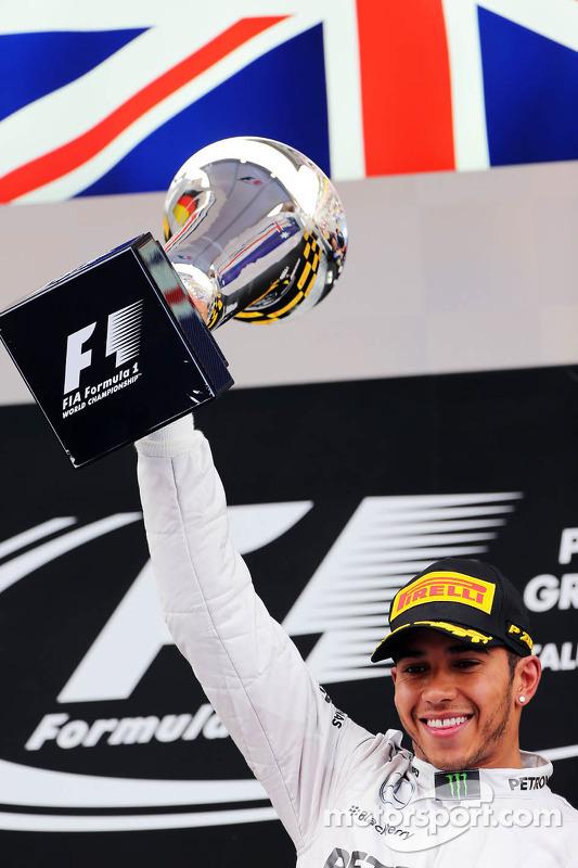 Vencedor da corrida Lewis Hamilton, Mercedes AMG F1 celebra no pódio
