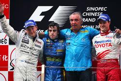 Podio: il secondo classificato  Kimi Raikkonen, McLaren, il vincitore della gara Fernando Alonso ,Renault F1 Team, Flavio Briatore, Team Principal Renault F1, il terzo classificato Ralf Schumacher, Toyota