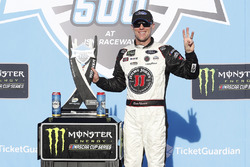 Kevin Harvick, Stewart-Haas Racing, Ford Fusion Jimmy John festeggia nella victory lane