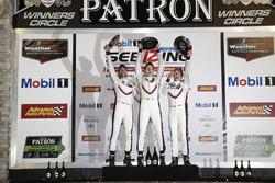 Подіум GTLM: переможці Патрік Пілет, Нік Тенді, Фредерік Маковєцкі,  Porsche Team North America