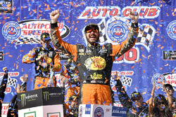 Il vicitore della gara Martin Truex Jr., Furniture Row Racing, Toyota Camry Bass Pro Shops/5-hour ENERGY