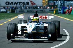 Ricardo Rosset, Tyrrell 026, 26. turda bozuk vites kutusu ile yarış dışı kalıyor