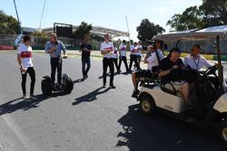 Charles Leclerc, Alfa Romeo Sauber F1 Team discute avec Johnny Herbert, Sky TV
