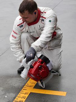 Sauber mechanic dries the pit box
