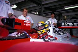 Josef Leberer, McLaren Fisioterapeuta vigila a Ayrton Senna, McLaren mientras se sienta en la cabina de su auto