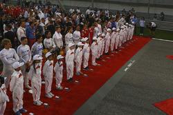 Op de startopstelling wordt geluisterd naar het nationaal volkslied