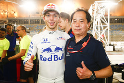 Pierre Gasly, Toro Rosso, and Toyoharu Tanabe, F1 Technical Director, Honda, celebrate a 4th place f