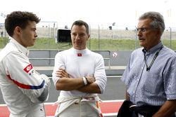 #42 BMW Team Schnitzer BMW M6 GT3: Mikkel Jensen, Timo Scheider mit Dr. Mario Theissen