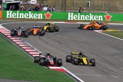 Kevin Magnussen, Haas F1 Team VF-18 and Nico Hulkenberg, Renault Sport F1 Team R.S. 18 battle