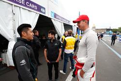 Ho-Pin Tung, Panasonic Jaguar Racing, se encuentra con Kevin Pietersen, ex jugador de cricket inglés