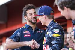Daniel Ricciardo, Red Bull Racing, si congratula con Max Verstappen, Red Bull Racing, 1° classificato, per la sua vittoria