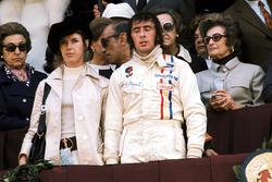 Podio: il vincitore della gara Jackie Stewart, Tyrrell, con la moglie Helen