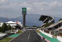 Nicholas Latifi, Force India VJM11, voor Lewis Hamilton, Mercedes AMG F1 W09