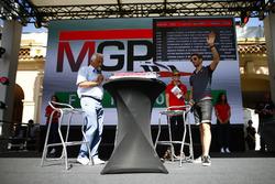 Гонщик Haas F1 Team Ромен Грожан и Боб Констандурос