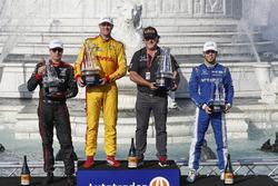 Will Power, Team Penske Chevrolet, Ryan Hunter-Reay, Andretti Autosport Honda, Michael Andretti, Scott Dixon, Chip Ganassi Racing Honda sur le podium