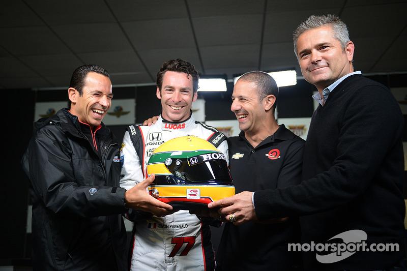 Helio Castroneves, Tony Kanaan, Gil de Ferran ve Simon Pagenaud ve Ayrton Senna kaskı