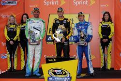 比赛获胜者 Clint Bowyer, 第二名 A.J. Allmendinger,和车迷投票的获胜者 Josh Wise