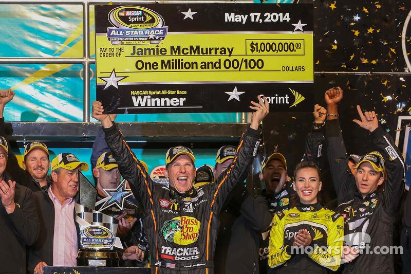 El ganador Jamie McMurray, Ganassi Racing Chevrolet celebra