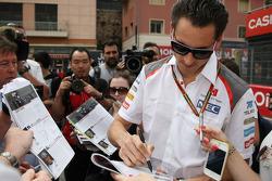 Adrian Sutil, Sauber firma autografi per i fan