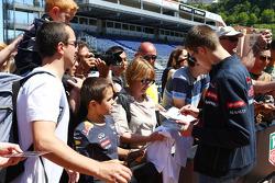Daniil Kvyat, Scuderia Toro Rosso taraftarlar için imza dağıtıyor