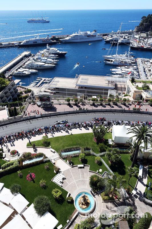 Nico Rosberg, Mercedes AMG F1 W05; Sebastian Vettel, Red Bull Racing RB10