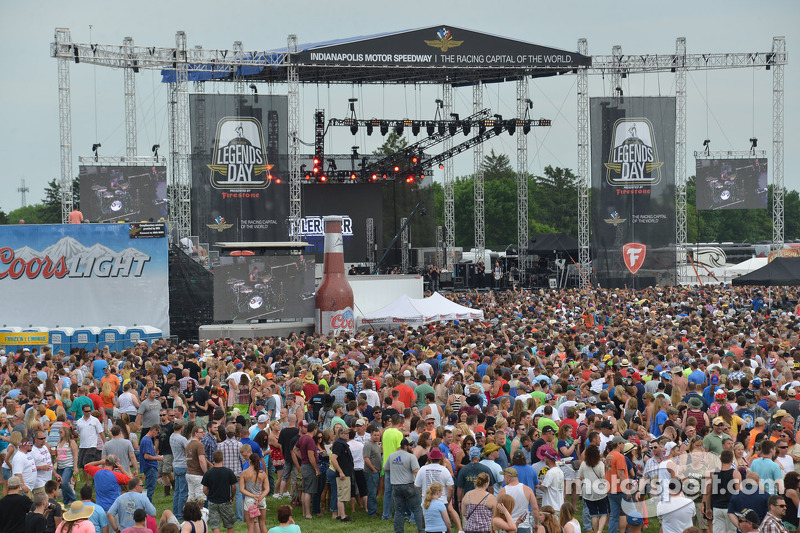 Fans watch Jason Aldean perform