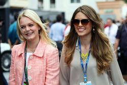 (Esquerda para direita): Emilia Pikkarainen, nadadora, namorada de Valtteri Bottas, da Williams, com Paula Ruiz, namorada de Esteban Gutierrez, da Sauber