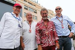 (Esquerda para direita): Peter Brabeck-Letmathe, presidente da F1, com Sir Philip Green, CEO do Grupo Arcadia; Eddie Jordan, da BBC; e Donald Mackenzie, chefe de investimentos da CVC Capital Partners