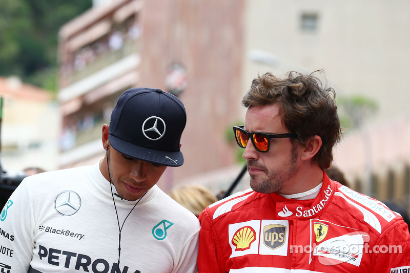 (L to R): Lewis Hamilton, Mercedes AMG F1 and Fernando Alonso, Ferrari pay their respects to Sir Jac