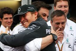 1. Nico Rosberg, Mercedes AMG F1; Toto Wolff, Mercedes-Sportchef; Mercedes-Team