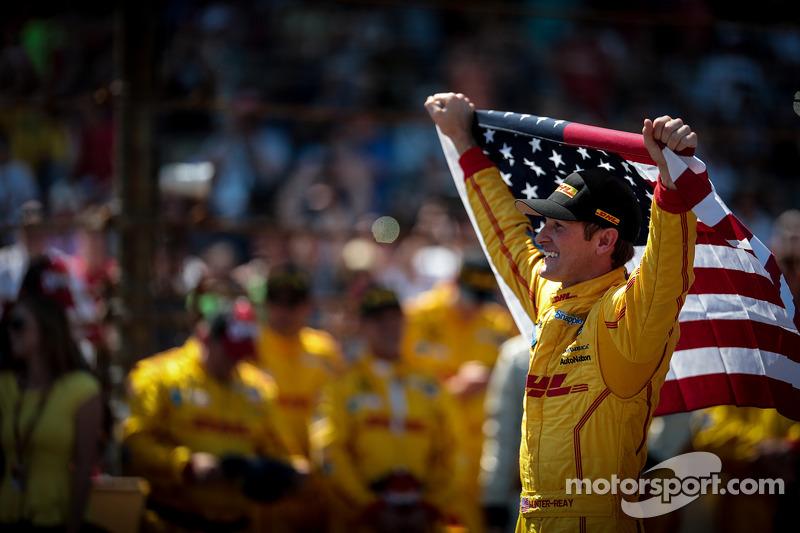 Ryan Hunter-Reay viert overwinning met Amerikaanse vlag