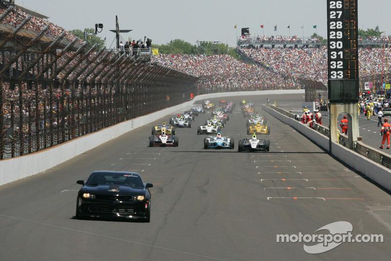 La pace car conduce il gruppo prima della 98esima corsa della Indianapolis 500