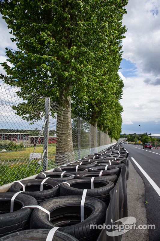 Nova configuração em Tertre Rouge, onde Allan Simonsen bateu em 2013: novo muro de pneus, reposicion