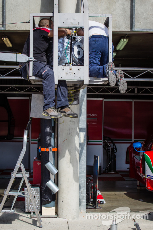 Equipe da AF Corse instala sistema de combustível