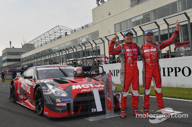 Vencedores da corrida Tsugio Matsuda e Ronnie Quintarelli celebram