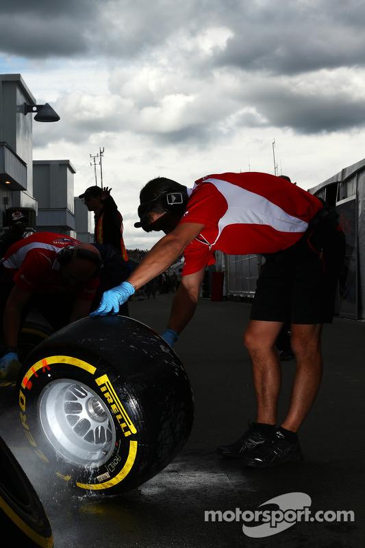 Marussia F1 Team; mecânico lava um pneu Pirelli