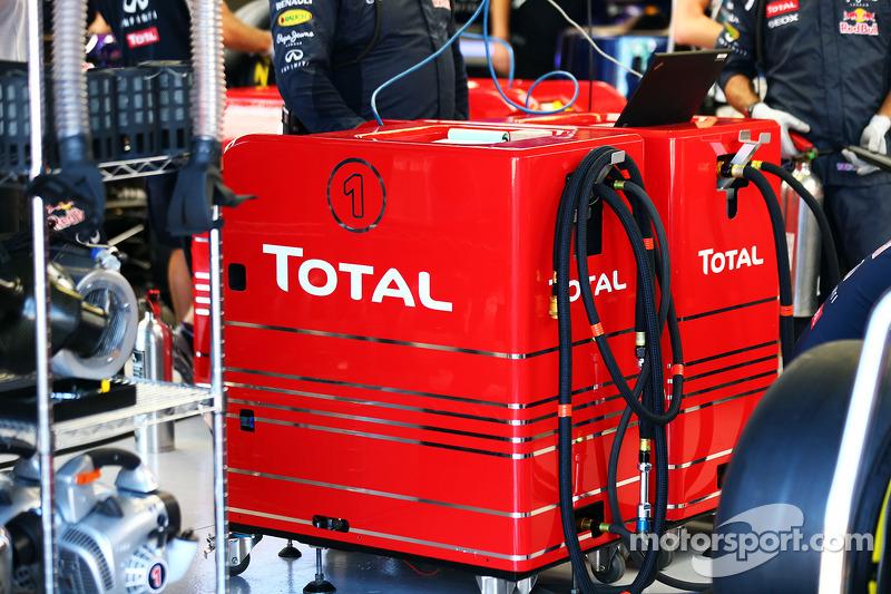 Dispositivo di rifornimenot Total nei box Red Bull Racing