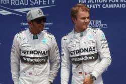 Ganador de la pole position Nico Rosberg, Mercedes AMG F1, celebra con Lewis Hamilton, Mercedes AMG F1
