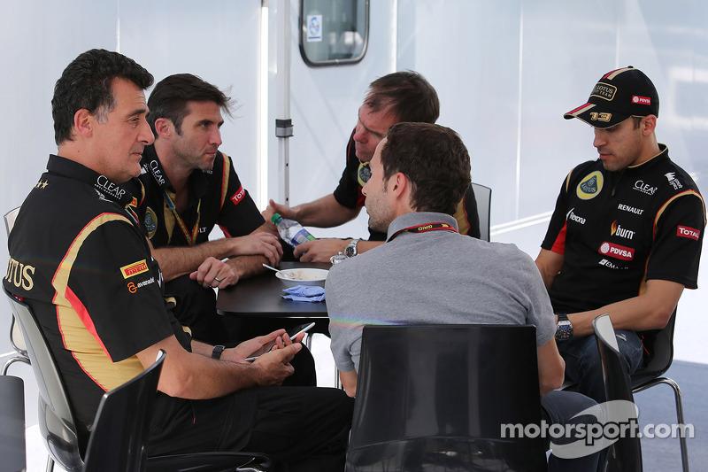 Federico Gastaldi, Lotus F1 Takımı Yardımcı Takım Patronu ve Matthew Carter, Lotus F1 Takımı CEO; Alan Permane, Lotus F1 Takımı Pist Üstü Operasyon Şefi; Nicolas Todt, Pilot Menajeri ve Pastor Maldonado, Lotus F1 Takımı