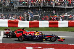 Daniel Ricciardo, Red Bull Racing RB10 and Fernando Alonso, Ferrari F14-T at the start of the race