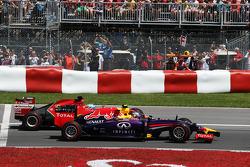 Daniel Ricciardo, Red Bull Racing RB10 ve Fernando Alonso, Ferrari F14-T yarışın startında