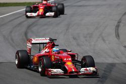 Fernando Alonso, Ferrari F14-T ve takım arkadaşı Kimi Raikkonen, Ferrari F14-T