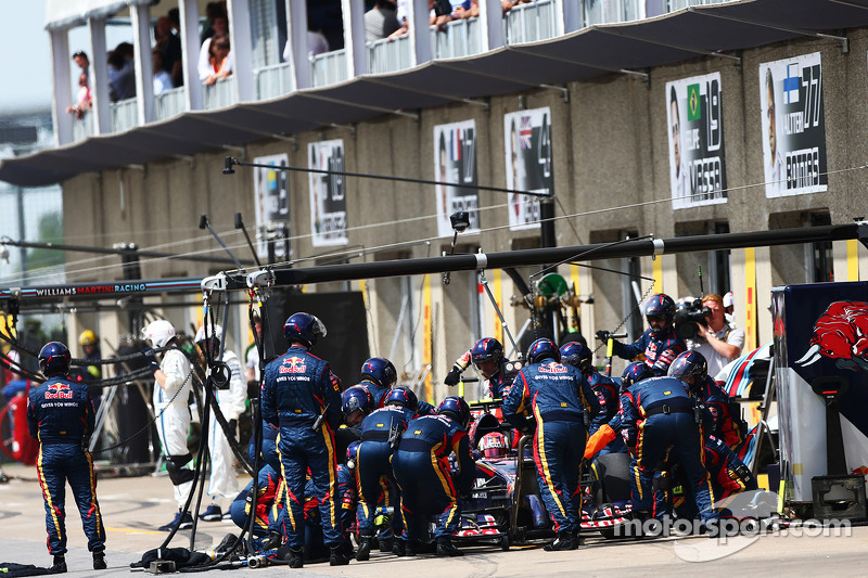 Daniil Kvyat, Scuderia Toro Rosso STR9 pitstop yapıyor