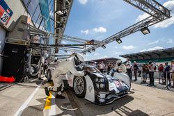 Prática de pit stop para #20 da equipe Porsche Porsche 919 híbrido: Timo Bernhard, Mark Webber, Bren