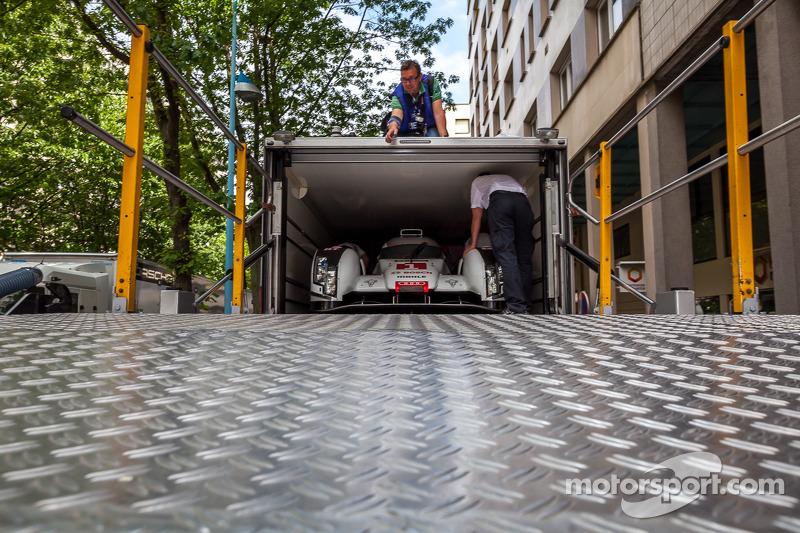 #1 Audi Sport Team Joest Audi R18 E-Tron Quattro sendo transportado
