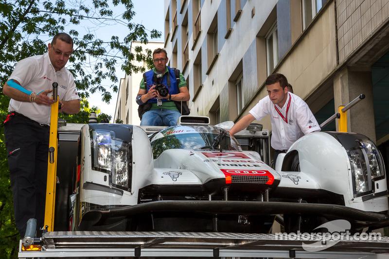 #2 Audi Sport Team Joest Audi R18 E-Tron Quattro chegando para a inspeção