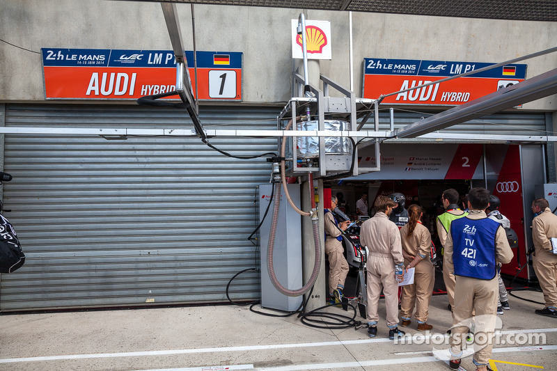 Garagem do #1 Audi garage fechada após acidente de Loic Duval