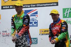 eBay Motors Duo Colin Turkington e Rob Collard com champanhe no pódio